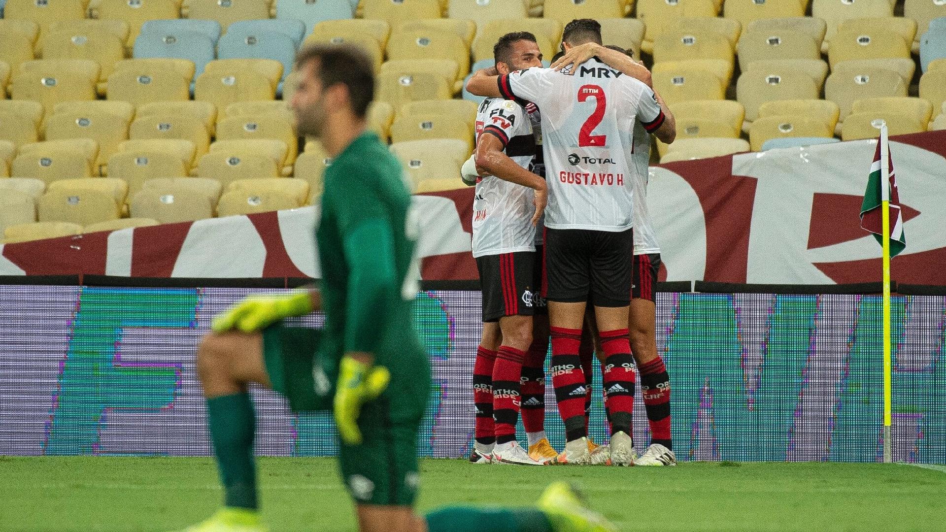 Jogadores comemoram gol do Flamengo após falha de Muriel