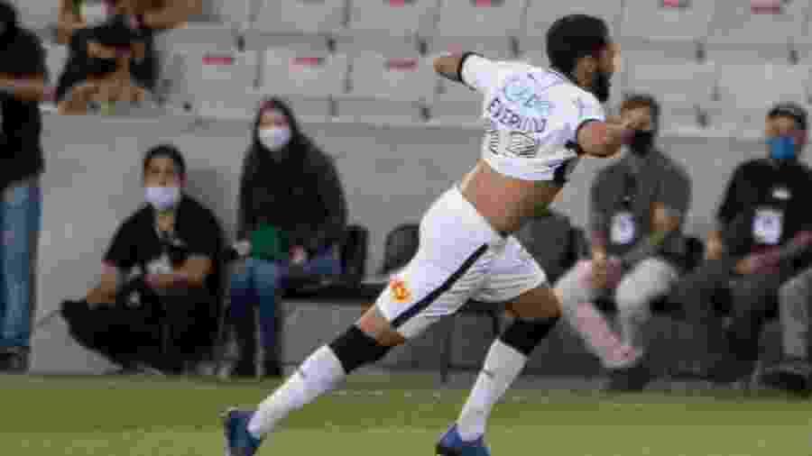 Everaldo celebra gol marcado pelo Corinthians diante do Athletico-PR - Robson Mafra/AGIF