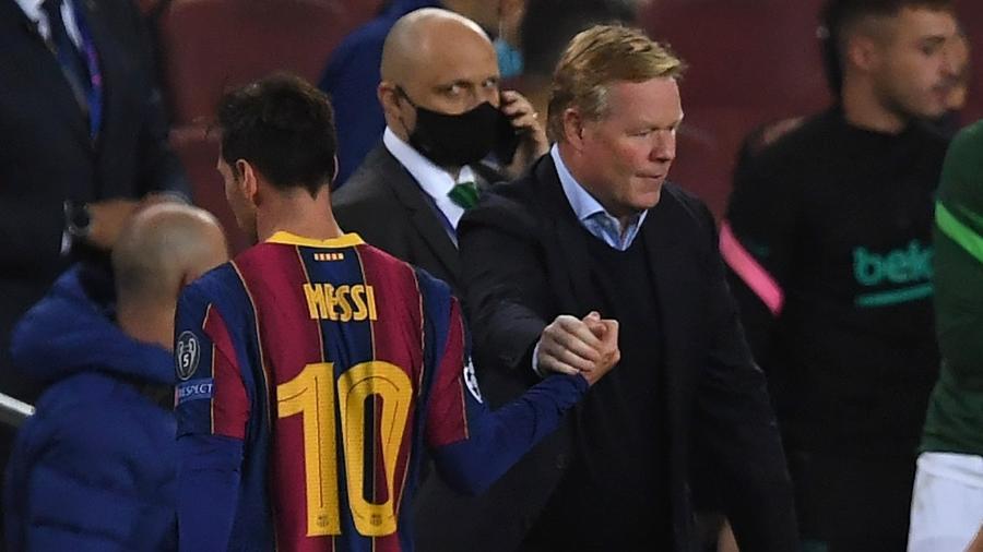 Ronald Koeman cumprimenta Lionel Messi após partida do Barcelona na Liga dos Campeões - Alex Caparros/Getty Images