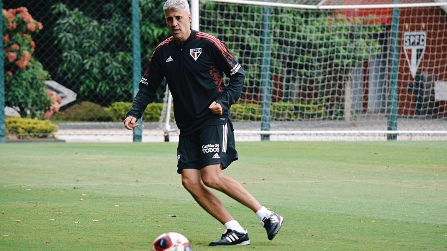 O técnico Hernán Crespo, do São Paulo, comandando o treino da equipe no CT da Barra Funda - Fellipe Lucena/saopaulofc