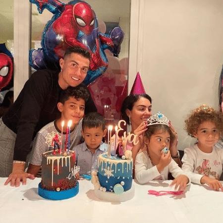 Cristiano Ronaldo e a família no aniversário dos gêmeos  - Reprodução