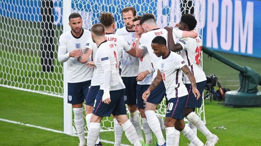 Jogadores da Inglaterra comemoram gol na semifinal da Eurocopa - Getty Images