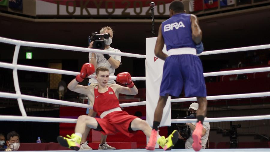 Wanderson Oliveira vê Dzmitry Asanau ir ao chão durante luta nas Olimpíadas de Tóquio - Ueslei Marcelino/Reuters