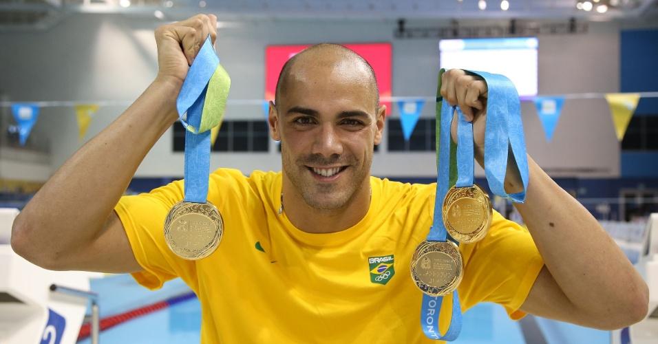 16.jul.2015 - João de Lucca mostra as três medalhas de ouro conquistadas por ele nos primeiros dias da natação do Pan de Toronto