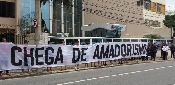 Torcedores de Fla e Flu protestam em frente à sede da Ferj