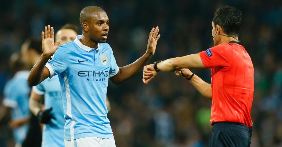 Fernandinho reclama com o árbitro Carlos Velasco na partida entre Manchester City e PSG pela Liga dos Campeões