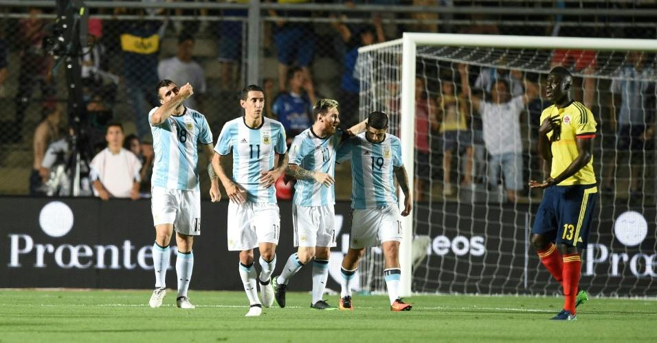 Ataque da seleção argentina celebra gol marcado diante da Colômbia