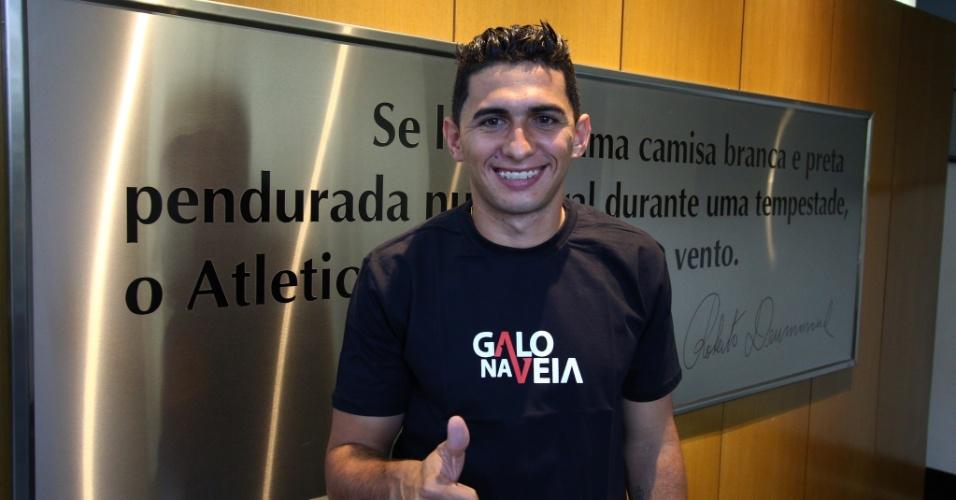 O lateral esquerdo Danilo se apresenta ao novo clube; ele estava no América-MG