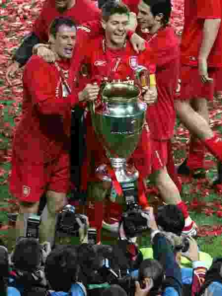 Jogadores do Liverpool comemoram o título da Liga dos Campeões em 2005 - Carl de Souza/AFP