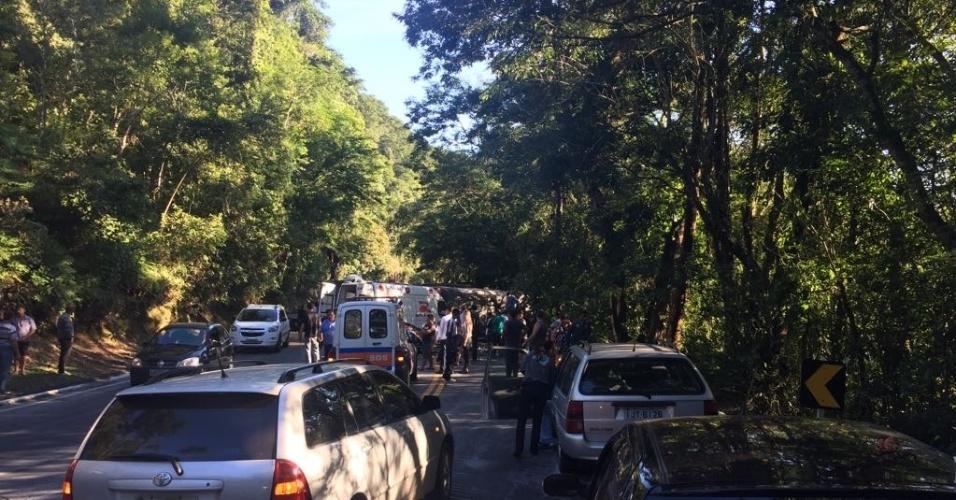 Trânsito na estrada fluminense por conta de acidente com ônibus do Vasco