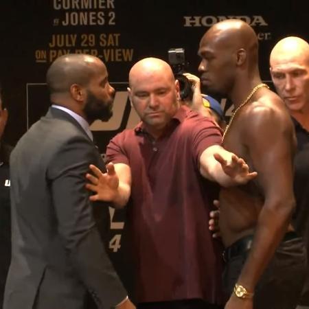 Daniel Cormier e Jon Jones fazem encarada durante entrevista prévia ao UFC 214 - Reprodução