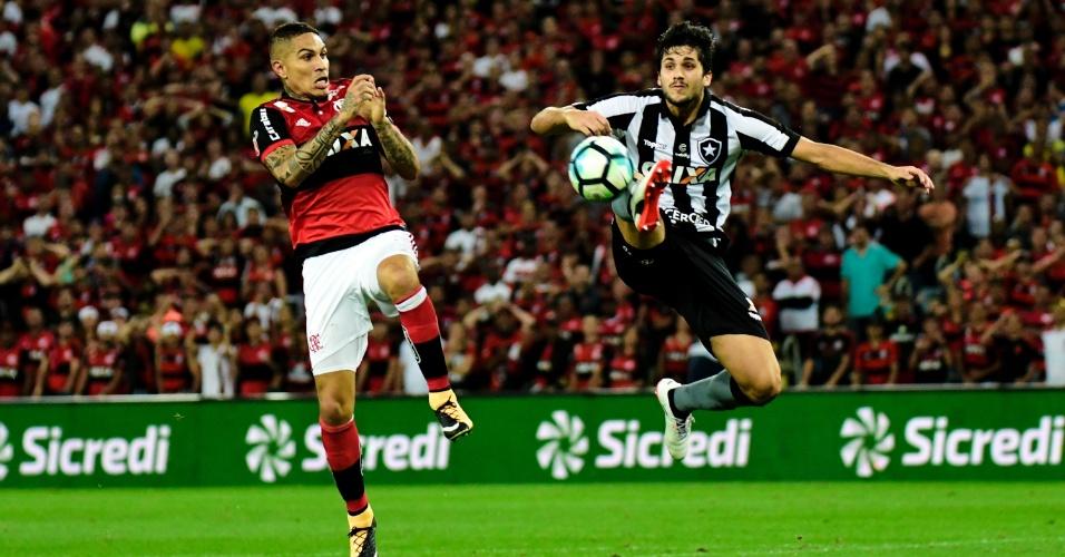 Guerrero, do Flamengo, disputa lance com Igor Rabello, do Botafogo, pela Copa do Brasil