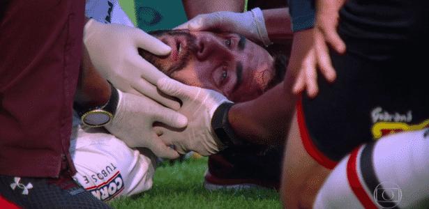 Lucas Pratto cai desacordado após bater a cabeça no joelho de Hernanes - Reprodução/TV Globo - Reprodução/TV Globo