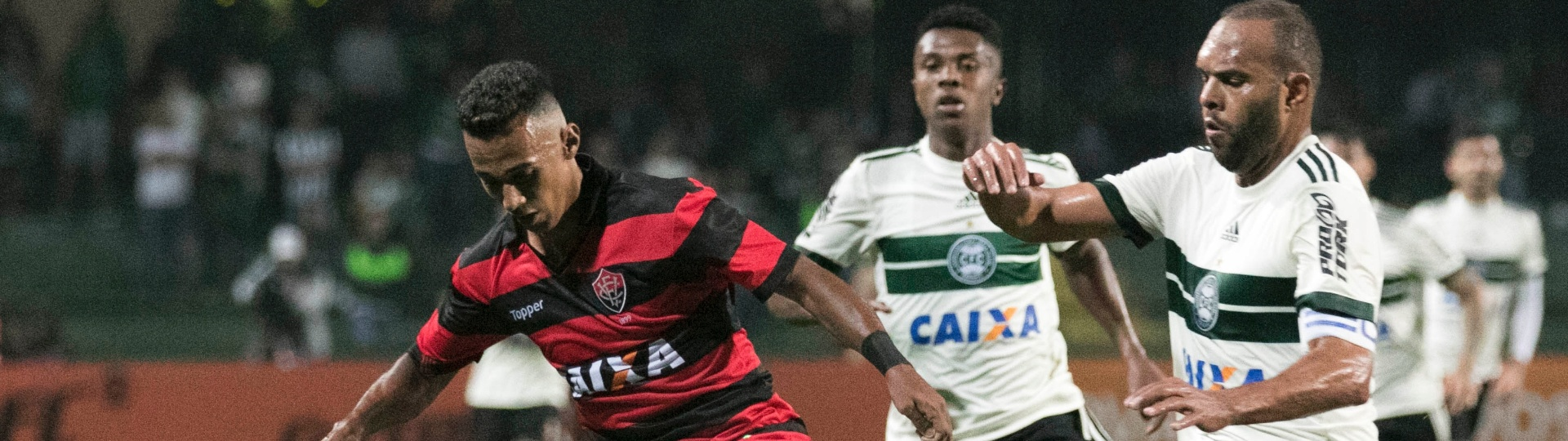 Alecsandro, do Coritiba, disputa a bola com Juninho, do Vitoria