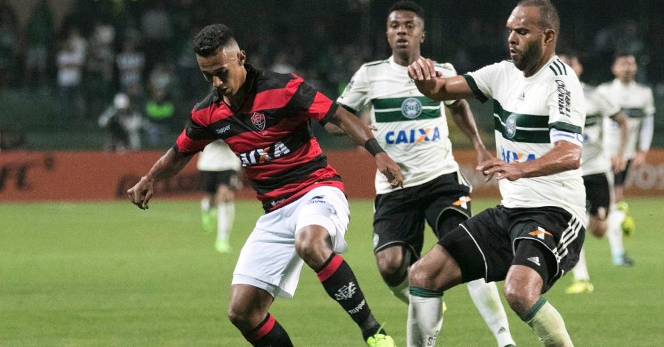 Alecsandro, do Coritiba, disputa a bola com Juninho, do Vitoria