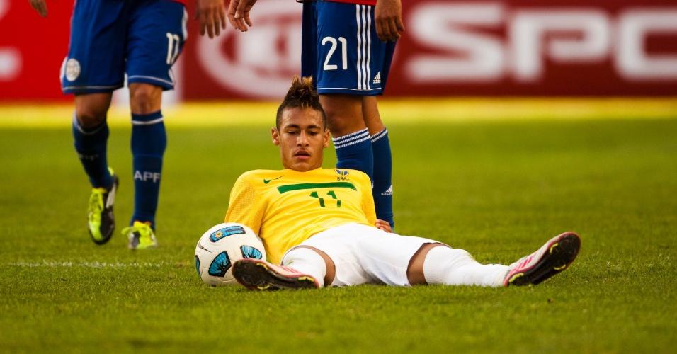 Neymar lamenta, no chão, uma jogada da seleção brasileira no duelo contra o Paraguai, pelas quartas da Copa América de 2011, na Argentina