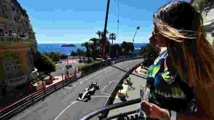 Espectadora assiste ao GP de Mônaco na sacada - Reprodução/Sky Sports - Reprodução/Sky Sports