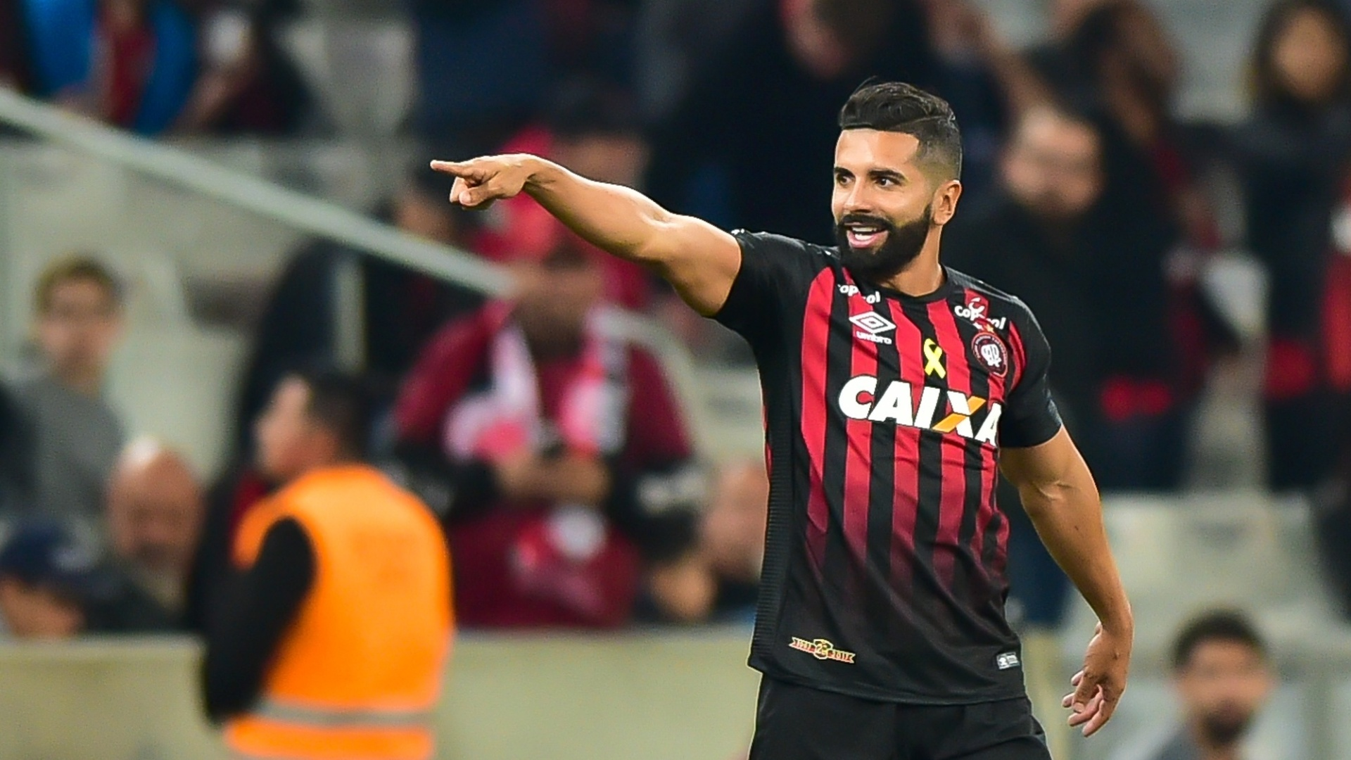 Guilherme comemora gol do Atlético-PR contra o Santos pelo Campeonato Brasileiro