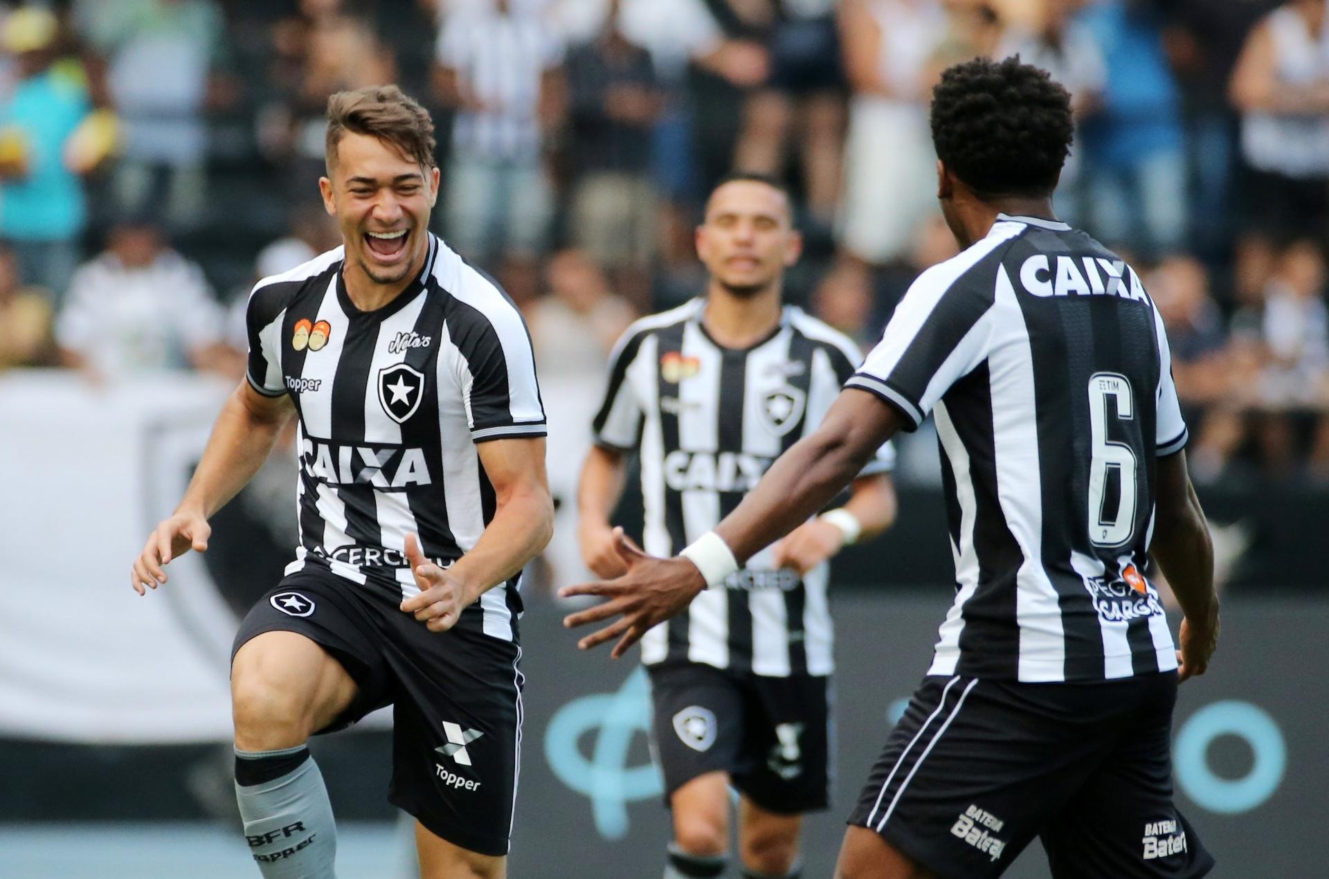 e627441500 Botafogo aguarda Moisés e Jean