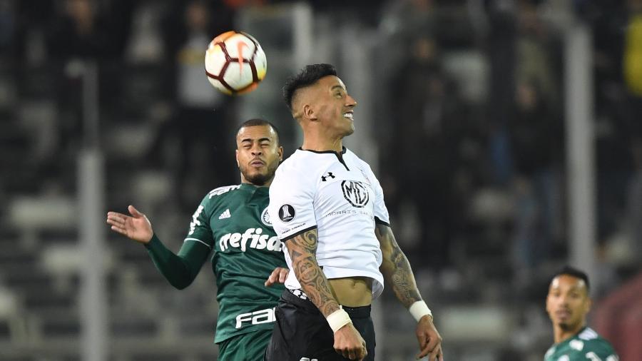 Lucas Barrios, então no Colo-Colo, disputa a bola com Mayke, do Palmeiras, na Libertadores 2018 - Martin Bernetti/AF?P