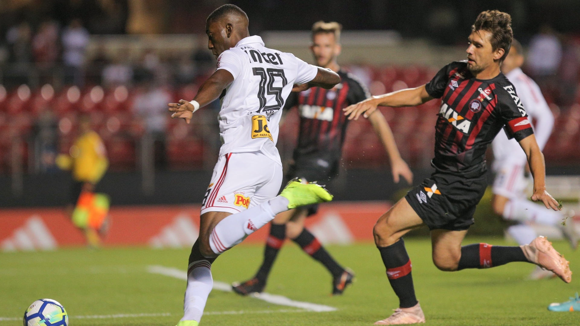 Gonzalo Carneiro passa pela marcação de Paulo André no jogo entre São Paulo e Atlético-PR