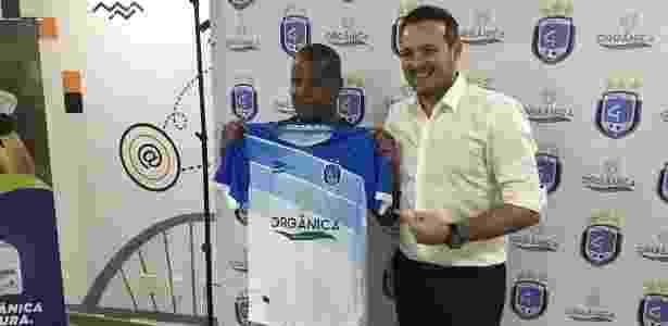 Marcelinho Carioca ao lado do presidente do Capital-DF, Godofredo Gonçalves - Assessoria Capital Clube de Futebol