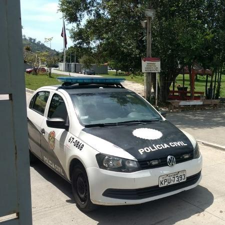 Carro da polícia deixa CT do Flamengo  - Adriano Wilkson/UOL