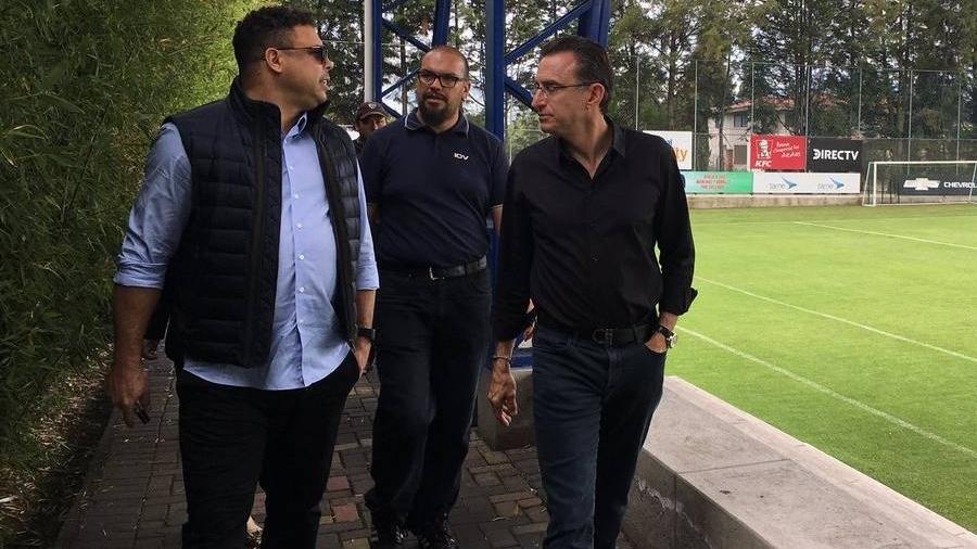Ronaldo visita o Independiente del Valle junto com o dono do time, Michel Deller - Divulgação