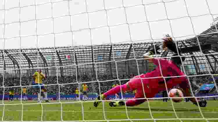 Sydney Schneider defende pênalti batido por Andressa Alves - REUTERS/Emmanuel Foudrot