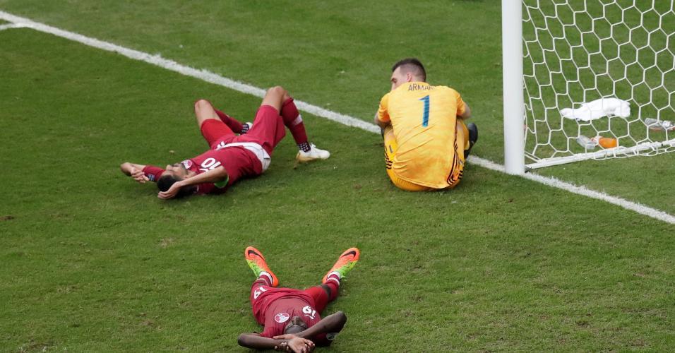 Armani observa a defesa argentina depois de o Qatar perder oportunidade de gol