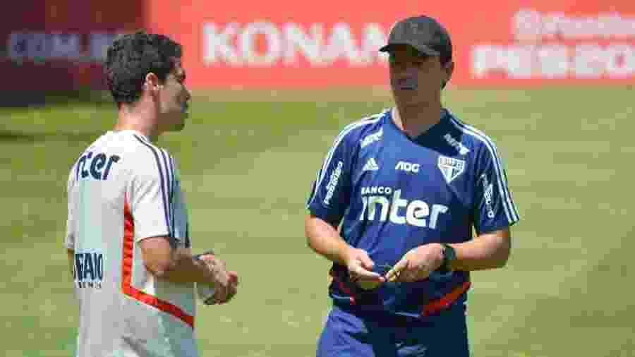 Técnico Fernando Diniz conversa com Hernanes durante treino do São Paulo - Érico Leonan / saopaulofc.net