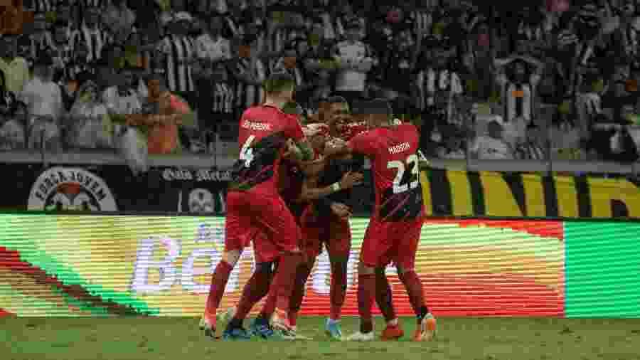 Jogadores do Athletico comemoram gol - Alessandra Torres/AGIF