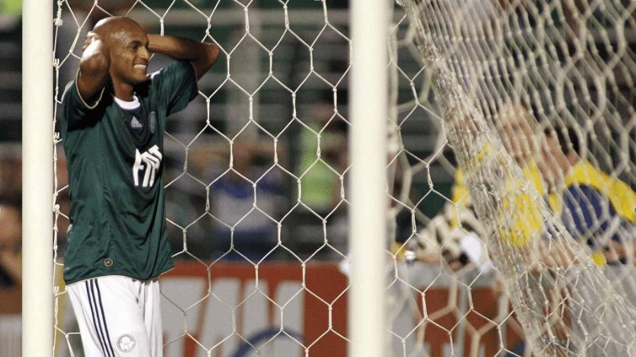 Ewerthon, atacante do Palmeiras, lamenta chance desperdiçada durante a partida contra o Botafogo no Pacaembu, em 2010 - Nelson Almeida/UOL