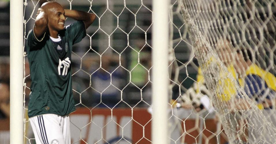 Ewerthon, atacante do Palmeiras, lamenta chance desperdiçada durante a partida contra o Botafogo no Pacaembu, em 2010