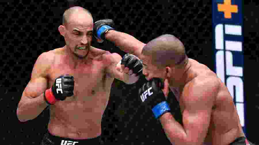 """Brasileiro Geraldo """"Espartano"""" (à esq.) é golpeado por Tony Gravely durante UFC Las Vegas 14 - Jeff Bottari/Zuffa LLC)"""