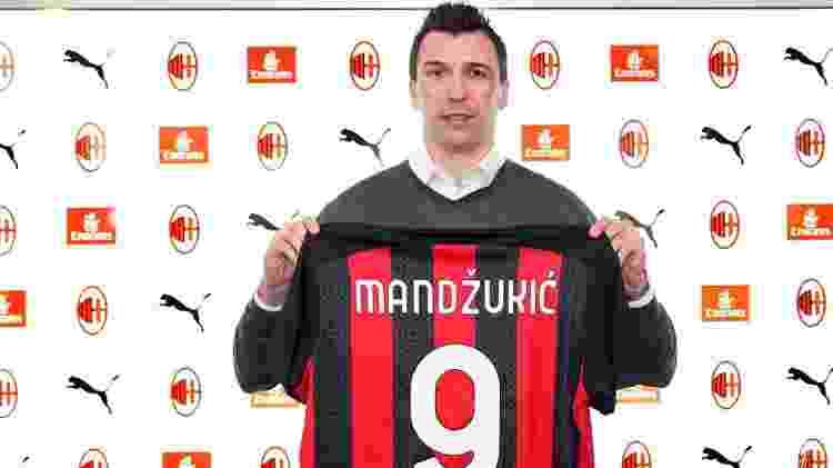 Mario Mandzukic posa com camisa do Milan - Divulgação/Milan - Divulgação/Milan