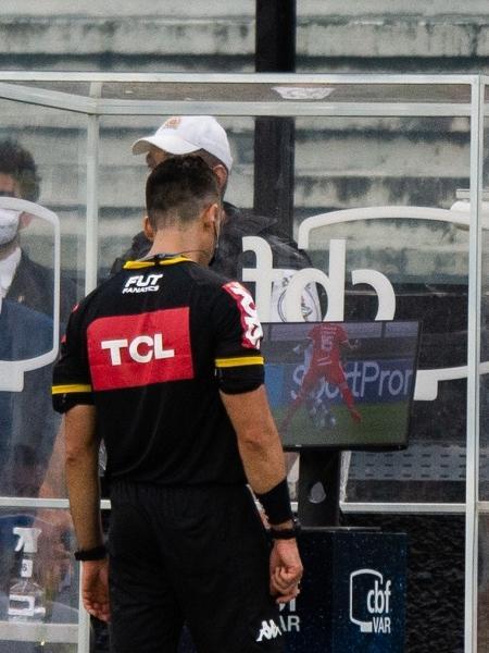 Árbitro Flávio Rodrigues analisa o VAR (árbitro de vídeo) durante a partida entre Vasco e Internacional, pelo Brasileirão 2020 - Max Peixoto/Estadão Conteúdo