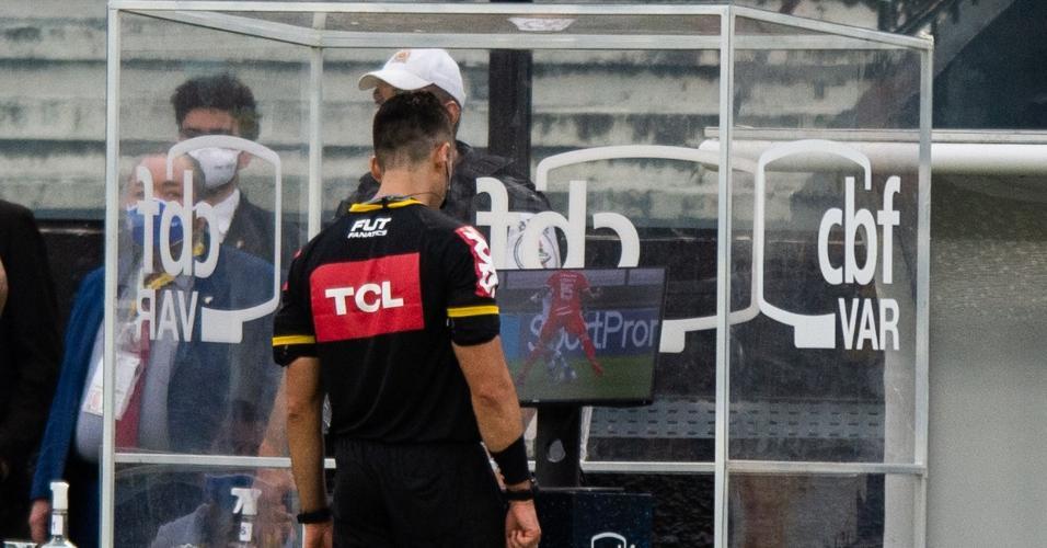 O árbitro Flávio Rodrigues analisa o VAR (árbitro de vídeo) durante a partida entre Vasco e Internacional, pelo Brasileirão 2020