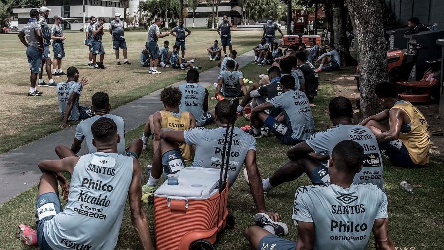 Ariel Holan conversa com elenco do Santos antes de treino nesta quinta, no CT Rei Pelé - Ivan Storti/Santos FC