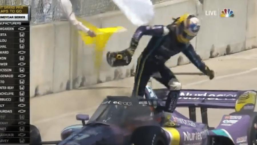 Romain Grosjean deixa carro pegando fogo em corrida da Indy - Reprodução