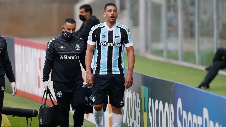 Diego Souza saiu lesionado ainda no primeiro tempo de Grêmio e América-MG - RICHARD DUCKER/FRAMEPHOTO/ESTADÃO CONTEÚDO