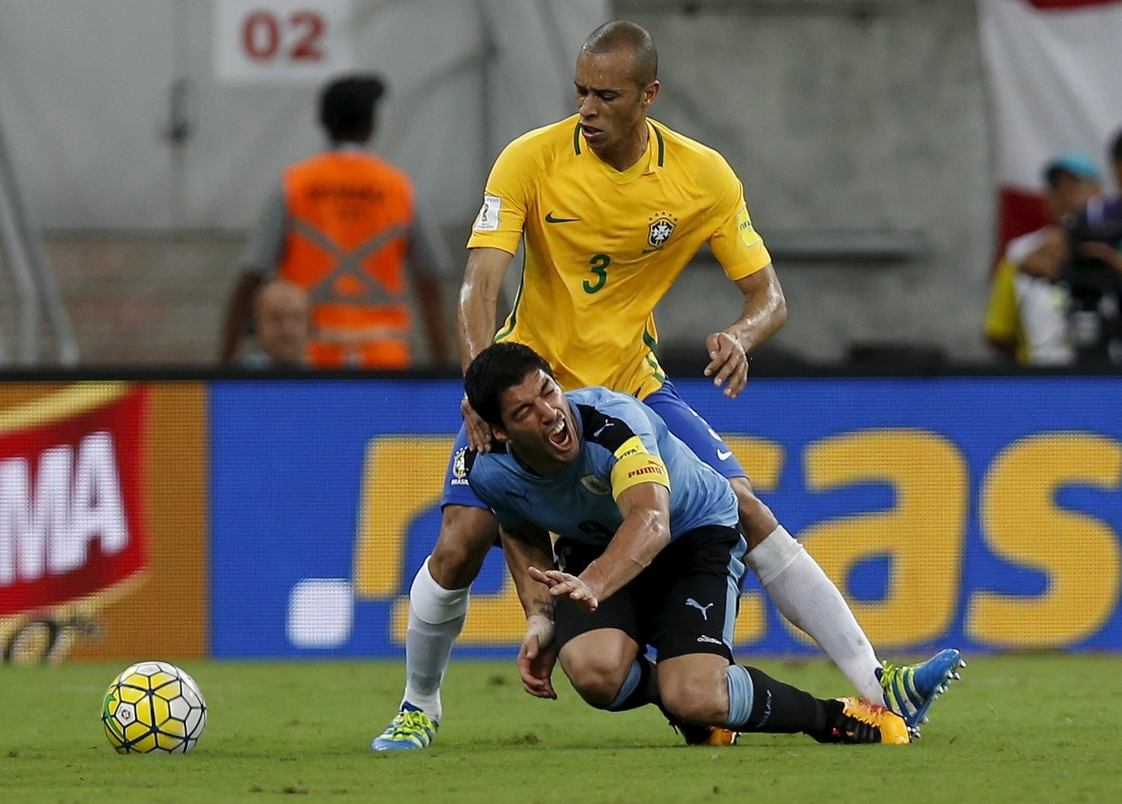 Miranda derruba Suárez, durante a partida entre Brasil e Uruguai