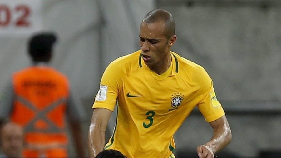 Miranda derruba Suárez, durante a partida entre Brasil e Uruguai - PAULO WHITAKER/REUTERS