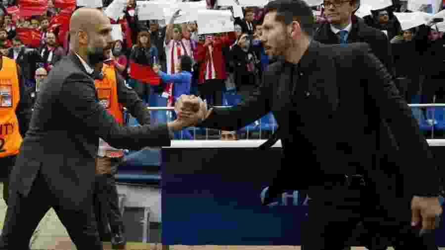 Pep Guardiola, treinador do Bayern de Munique, cumprimenta Diego Simeone, técnico do Atlético de Madri, antes do jogo de ida das semifinais da Liga dos Campeões, no Vicente Calderón, em Madri - Reuters / Sergio Perez Livepic