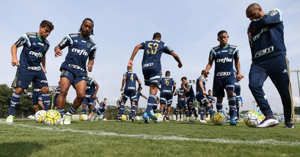 Jogadores do Palmeiras em ação em treino realizado em Atibaia