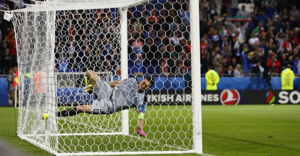 Buffon cai durante comemoração após a vitória da Itália sobre a Bélgica