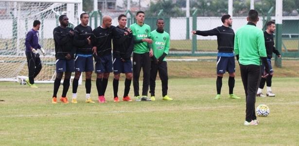 Meia Iago Dias (à dir. na barreira) já treina com os companheiros no Coritiba