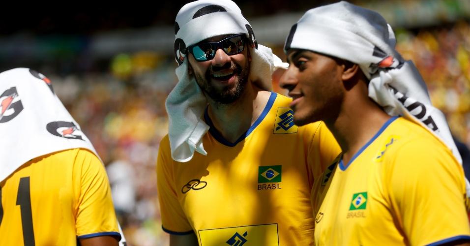 Lucarelli e Lucão se protegem de forte calor em Brasília durante partida amistosa