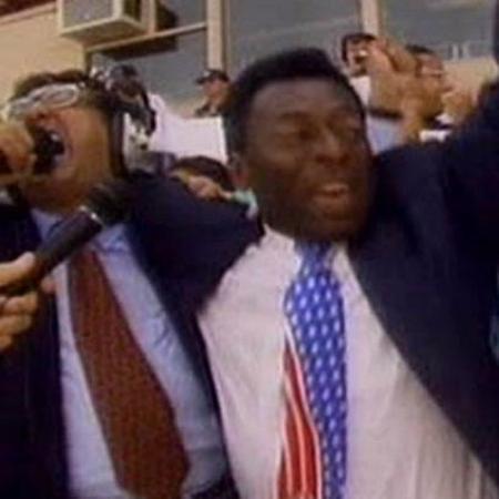 Galvão Bueno e Pelé se abraçam em histórica transmissão do tetra da seleção nos EUA - Reprodução