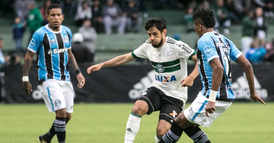 Tiago Real, do Coritiba, disputa a bola com Cortez, do Grêmio
